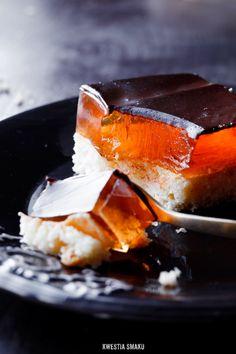 Jaffa Cake Slice/ Biszkopt: • 4 jajka • 1/2 szklanki cukru • 1/2 szklanki mąki pszennej • 3 łyżki mąki ziemniaczanej • skórka starta z 1 i 1/2 pomarańczy  Nasączenie: • sok z 1 i 1/2 pomarańczy • 1 łyżka cukru pudru • opcjonalnie: 2 łyżki likieru pomarańczowego lub 2 łyżki białego rumu + 1 łyżeczka ekstraktu pomarańczowego oraz: • 3 - 4 łyżki dżemu pomarańczowego   • 3 galaretkі pomarańczowе Polewa: • 100 ml śmietanki kremówki • 1 łyżka gorzkiego kakao • 100 g ciemnej czekolady