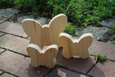 Die Holzschmetterlinge sind die richtige Einstimmung auf die Frühjahr- oder Sommerzeit. Für Drinnen oder Draußen. Sie sind auch ein tolles Mitbringsel. Sie haben eine Höhe von ca. 13cm, 9,5 cm und...