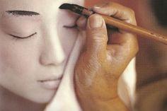 memoirs of a geisha makeup Geisha Make-up, Japanese Geisha, Japanese Beauty, Yukata, Make Me Up, How To Make, Memoirs Of A Geisha, Culture Shock, Japan Photo