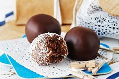 other option: 1 packet Arnott's Marie Biscuits 1 tin Nestle sweetened condensed milk 2 tablespoons cocoa powder 2 cups shredded coconut Give a gift to remember this festive season with these easy Coconut rum balls. Christmas Lunch, Christmas Desserts, Christmas Cooking, Christmas Treats, Christmas Recipes, No Cook Desserts, Summer Desserts, Dessert Recipes, Baking Recipes
