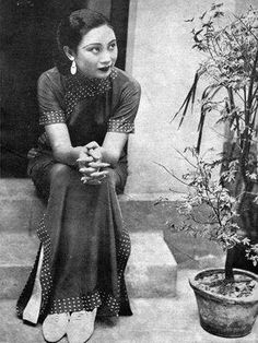 Fascinating Oriental charm-The cheongsam(Qi pao) in old Shanghai - Page 3 of 9 - Best Asian travel guide Shanghai Girls, Old Shanghai, Belle Epoque, Vintage Photographs, Vintage Photos, Turandot Opera, Vintage Beauty, Vintage Fashion, 1930s Fashion