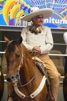Vicente Fernández a caballo en el congreso charro en Guadalajara.