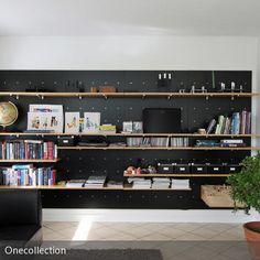 Einen modernen Kontrast zu der weißen Wand bietet diese Regalwand in Schwarz. Auf der Regalwand können sowohl Multimediageräte als auch Bücher und Kisten…