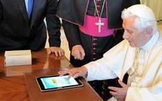 """Après les hommes/femmes politiques, voici le Pape sur les Réseaux Sociaux ! Qu'est-ce qu'il a bien pu tweeter ? """"Amen a tous et #FF @Jesusrevient """" :)"""