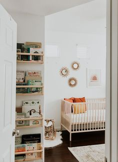 Modern Neutral Nursery Full of Plants - Kinderzimmer - Baby Room Ideas Baby Room Decor, Nursery Room, Girl Room, Kids Bedroom, Boho Nursery, Baby Bedroom, Ikea Baby Room, Ikea Baby Nursery, Apartment Nursery