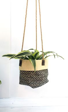 Hanging Fabric, Hanging Pots, Crochet Planter Cover, Plant Bags, Garden Bags, Plant Covers, Diy Plant Stand, Idee Diy, Plant Hanger