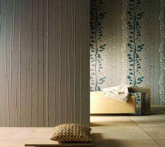 pose du papier peint en relief en gris et motifs floraux, coussin design et meubles en bois
