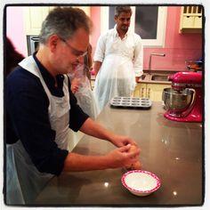 ISBN: 978-84-03-51219-1; Objetivo: Cupcake perfecto. Nuestro compañero Manuel realizando la masa de los cupcakes.