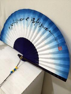 여름이면 빠질 수 없는 캘리그라피 부채입니다.일반 화선지에 쓰는 것보다 부채살 때문에 글씨 쓰기가 어렵... Cool Umbrellas, Paper Fans, Hand Fan, Oriental, Japan, Watercolor, Drawings, Artwork, Painting