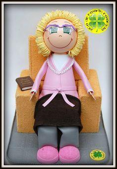 Hoy os mostramos a una simpática abuelita. Es la pareja del abuelito que os presentábamos el otro día. Este ha sido un regalo del Día de la Madre, un complemento perfecto para su pareja (que había sido el regalo del día del padre). Va sentada también en un sillón a juego con el del abuelito. Lleva unas zapatillas rosas y bata rosa, una mantita en las piernas y un libro en el brazo del sillón. ¡Esperamos que os guste!