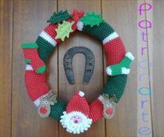 Corona para Navidad de Crochet para decorar esta navidad en tu puerta. Los adornos están pegados con velcro para cambiarlos de lugar en la corona si lo deseas. Es muy fácil de hacer. Canal: Patronarte Materiales: 3 ovillos de lana: 1 rojo, 1 verde y 1 blanco Ganchillo de 2,5 mm Guata de relleno Aguja … Crochet Stitches For Blankets, Crochet Blanket Patterns, Crochet Ripple Afghan, Crochet Hat For Women, Crochet Baby Booties, Christmas Knitting, Crochet Christmas, Crochet Yarn, Irish Crochet