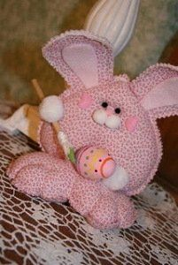 Looking for unique craft ideas for Easter? This adorable Valentine Easter Bunny pulls double duty as both an Easter decoration and a Valentine's Day decoration. You can even pose the bunny holding different items, from Easter Eggs to Valentine's Da Easter Arts And Crafts, Easter Projects, Bunny Crafts, Craft Projects For Kids, Spring Crafts, Crafts To Do, Felt Crafts, Holiday Crafts, Fabric Crafts