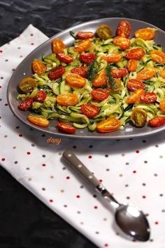TAGLIATELLES DE COURGETTES À L'AIL ET AU CITRON, TOMATES RÔTIES Punch Recipes, 20 Min, Quick Meals, Coco, Food And Drink, Healthy Recipes, Healthy Foods, Vegetarian, Yummy Food
