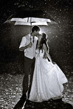 Poemas de amor e não só!..  O teu beijo despe meu pensamento, na brancura que fica vejo entre lençóis, e numa viagem de amor o mundo se apaga e ficamos sós ouvindo o som de nossas almas amantes...