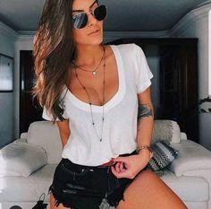 As queridinhas T-shirt- Podrinha Decote V decote profundo, ideal para usar com top de renda. Minimal Look, Look Fashion, Womens Fashion, Athleisure Outfits, White Tees, Ideias Fashion, Sunglasses Women, Summer Outfits, Street Wear