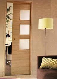 Puerta corredera de madera con franjas de cristal for Puertas corredizas internas