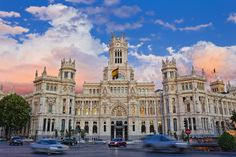 Nuestra Señora de las Comunicaciones. Cuando el Palacio de Comunicaciones se inauguró, hoy Ayuntamiento de la capital, su grandiosidad arquitectónica llevó a los madrileños a bautizarla como Nuestra Señora de las Comunicaciones, como si de una nueva catedral de Madrid se tratara.