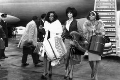 The Supremes (late American Motown band The Supremes, left to right, Mary Wilson, Florence Ballard - and Diana Ross arrive at London's Heathrow Airport. Vintage Kiss, Vintage Black Glamour, Vintage Style, Vintage Beauty, Vintage Ladies, Retro Vintage, Fall Fashion Staples, Autumn Fashion, Nostalgia