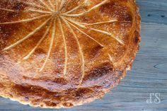 Galette des rois à la crème d'amande - Ingrédients : 155 g de poudre d'amande, 155 g de beurre pommade, 100 g de sucre, 3 œufs moyens, 1 c. à c. de lait...