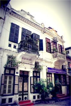 French colonial and art-deco architecture with mostly yellow paint are the most impressive. Hanoi'11
