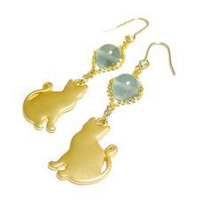幻想的な蛍光現象が魅力的♪蛍石/フローライトを用いてお仕立てをしたピアスです。気になる誰かを振り向かせてしまう耳飾りは如何?キュートなフォルムの猫チャームと共...|ハンドメイド、手作り、手仕事品の通販・販売・購入ならCreema。