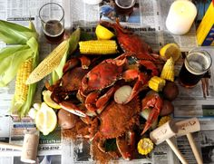 Corn on the cob, snow crab, wooden mallets, newspaper, and cold craft beer Crab Boil Party, Lobster Party, Crab Feast, Crab House, Crab Recipes, I Want To Eat, Fish And Seafood, Food For Thought, Good Food