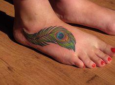 Dessin d'une plume de paon en couleur pour un tatouage sur le pied https://tattoo.egrafla.fr/2016/02/29/tatouage-femme-pied/
