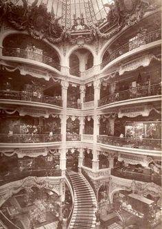 Gath & Chaves - El hall de la tienda estaba coronado con un destacado vitreaux  año 1913. En su interior, cada uno de sus ocho pisos, servido por modernos ascensores, se abría a un gran vestíbulo con claraboya. Fue diseñado por el arquitecto inglés Eustace Lauriston Conder (1863-1935), que llegó a la Argentina en 1888 y trabajara para el Ferrocarril Central Argentino y otros clientes británicos.