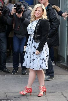 Working it: She gave her look some edge with some bright orange suede sandals Fashion Outfits, Fashion Ideas, Fashion Design, Kelly Clarkson, New Mums, Funky Fashion, Funky Style, My Style, Spanx