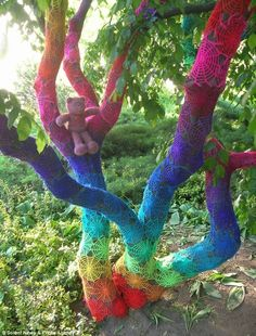 This rainbow-coloured spiderweb crochet design took three months to stitch by an artist known only as Babukatorium. As part of the 'graffiti knitting' craze people cover public objects with knitting before fleeing. Art Au Crochet, Crochet Tree, Crochet Yarn, Crochet Teddy, Guerilla Knitting, Over The Rainbow, Circle Rainbow, Tree Art, Rainbow Colors