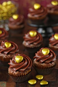 Four-Ingredient Nutella Cupcakes: 1,5 cup nutella, 3 egs, 1 cup flour & for frosting: 1 cup nutella, 8oz cream cheese