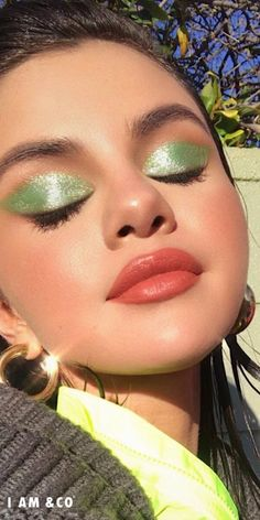 The neon eyeshadow trend is just what the doctor ordered! Be fun and daring this year, and get your vogue on with neon eyeshadow looks, ideas, and palettes! Selena Gomez Makeup, Selena Gomez Cute, Selena Gomez Fotos, Selena Gomez Pictures, Selena Gomez Style, Eyeliner Looks, Eyeshadow Looks, Makeup Needs, Makeup Looks