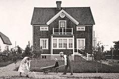 I slutet av 1800-talet växte de första – noga planerade – villaförorterna fram i Sverige. Det var en bostadspolitisk revolution där medelklassen slapp stadens smuts och fick en egen liten idyll.