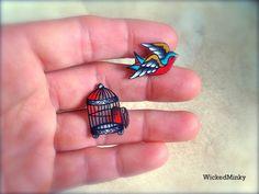 Une conception originale de la mienne, jai peints à la main ce tatouage style cage à oiseaux et moineau en noir, blanc et rouge sang et aqua blues.