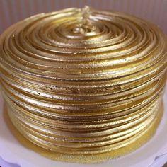 E esse bolo???? E esse dourado??? pedido especial da querida Anne para comemorar o aniversário de 60 anos do seu pai que se chama Dourado, como ele ama nozes fizemos o bolo bem fofinho e molhadinho com um recheio super caprichado de brigadeiro de nozes. Obrigada Annie querida pela oportunidade!!!! #instagood #clubcakebr #hellenpaulacakes #dourado #cakegold #goldcake #cake #cakes #chantilly #chantininho #instagold #instacake #instafollow #family