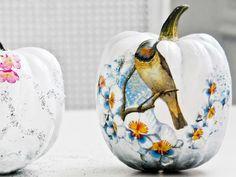 Herbst ist Kürbiszeit! Sibylle von Funkytime wollte ihre Wohnung gern mit Kürbissen dekorieren, befand das charakteristische Orange aber als unpassend für ihre Wohnung. Kurzerhand überlegte sie, die Kürbisse zu bemalen und mit Decoupage zu verschönern.