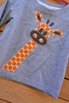 DIY Giraffe - applique shirts - old fabric, old tee shirt. Sewing Appliques, Applique Patterns, Applique Designs, Embroidery Applique, Embroidery Designs, Sewing Patterns, Machine Applique, Machine Embroidery, Sewing For Kids