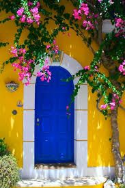 Resultado de imagem para casa amarela com moldura azul e janelas de madeira