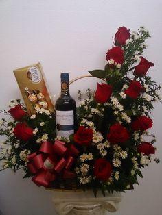 Arreglo de rosas rojas con chocolates y vino
