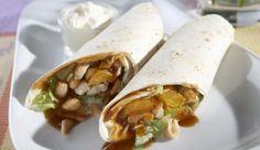 Leckere Asia-Wraps schnell selbstgemacht mit asiatisch gewürztem Fleisch, Salat, Aprikosen und Erdnüssen. Auch toll zum Picknick.