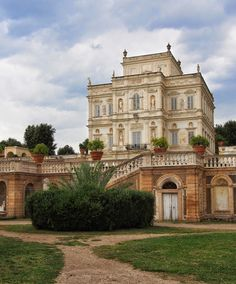 Rome& largest park, built around a century noble villa, is virtually unknown to tourists. Beautiful Castles, Beautiful Places, Villas, Castle House, Italian Villa, Visit Italy, Rome Italy, Exterior Design, Places To See