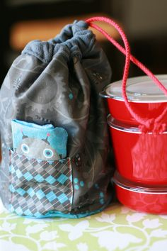 Lunch bag tutorial http://whipup.net/2011/09/24/guest-blogger-series-custom-lunch-bag/