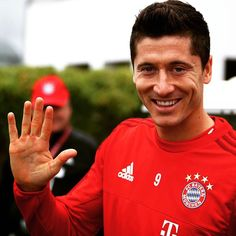 Our 5-goal man is in the house and ready to do his thing at the open training session! #LewanGOALski # 5 goals in 9 minutes = a 5 voucher for the online shop with free Lewandowski printing: http://ift.tt/1V9eb50 --> Link in Bio! by fcbayern