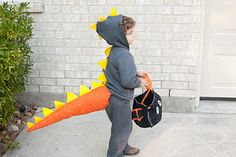 Living, Loving, Learning Naturally: DIY Dinosaur Tail - m costume inspiration Original Halloween Costumes, Dinosaur Halloween Costume, Dragon Costume, Dinosaur Costume, Homemade Halloween Costumes, Halloween Crafts For Kids, Halloween Kostüm, Cool Costumes, Costume Ideas