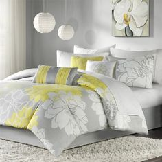 Beautiful bed sets kings with many cushion and there are carpet on bellow
