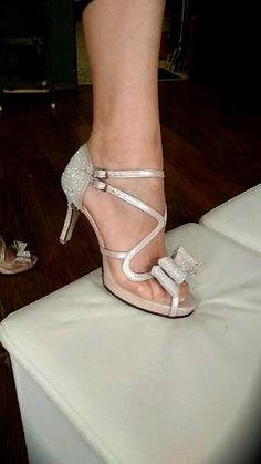 Απαλό ροζ peep toe με λεπτομέρειες off white glitter και ρομαντικό φιόγκο σε μέτριο τακούνι!Τα δεσίματα αγκαλιάζουν τέλεια το πόδι για σταθερή αίσθηση!