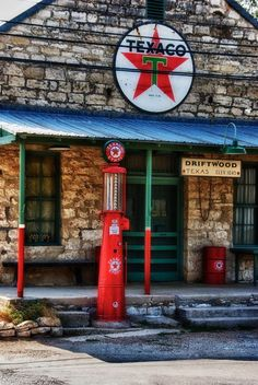Texaco Station in Driftwood Texas Old General Stores, Old Country Stores, Old Gas Pumps, Vintage Gas Pumps, Hot Rods, Pompe A Essence, Auto Retro, Old Gas Stations, Filling Station