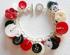 Etsy :: O Seu lugar para comprar e vender todas as coisas feitas à mão. Red Button, Button Art, Button Bracelet, Bracelets, Bracelet Tutorial, Diy Doll, Scarlet, Hair Bows, Diy Jewelry