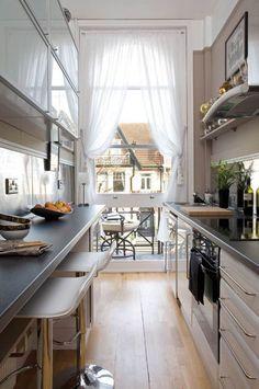 comment-amenager-une-cuisine-en-longueur-coin-bar-plancher-bois-massif-balcon