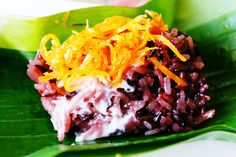 kaao nieow nakrachi /  sweet sticky rice topped with caramelized roasted grated coconut